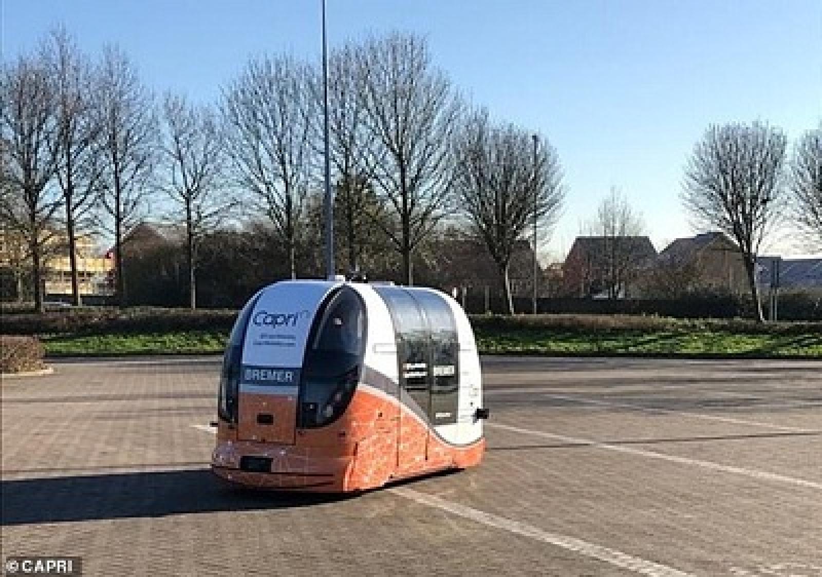 driverless pods transport passengers around a shopping centre